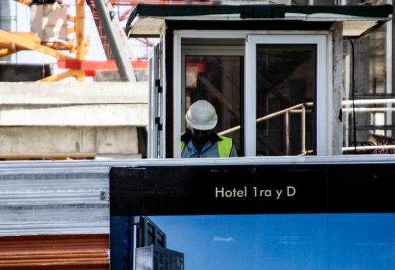 Frente al Malecón habanero crecen hoy las dos torres del nuevo hotel que debe concluirse en 2021 y tendrá 600 habitaciones y un costo de 81 millones. FOTO: Jans Sosa